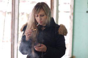 fumeuse hésitante