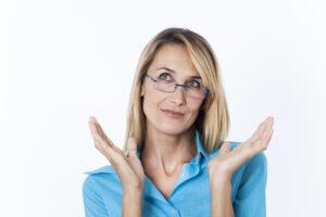 belle femme avec des lunettes qui regarde en l'air 3